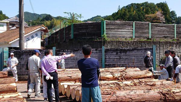 木材市場に行く