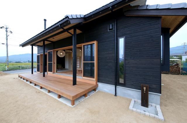 木の家の外観 塗装杉板